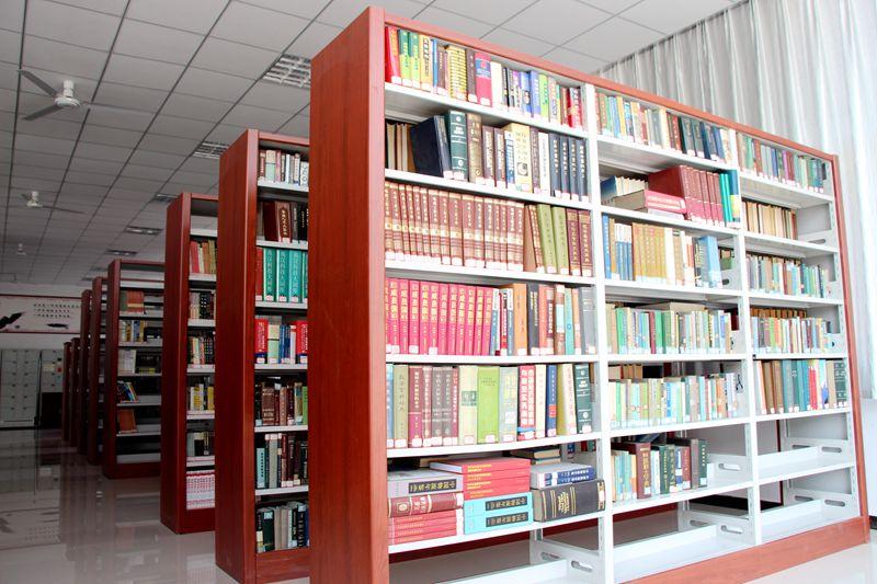排列满架的书籍